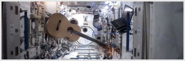Chris Hadfield chante Space Oddity depuis l'ISS